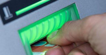 ILLUSTRATION - Eine Bankkundin steckt ihre Girokarte in einen Geldautomaten. Foto: Fabian Sommer/dpa