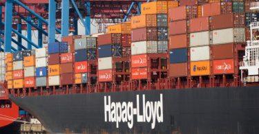Ein Containerschiff der Reederei Hapag-Lloyd liegt im Hamburger Hafen. Der konjunkturelle Boom nach der Corona-Rezession führt weltweit zu Hamsterkäufen der Unternehmen. Foto: Christian Charisius/dpa