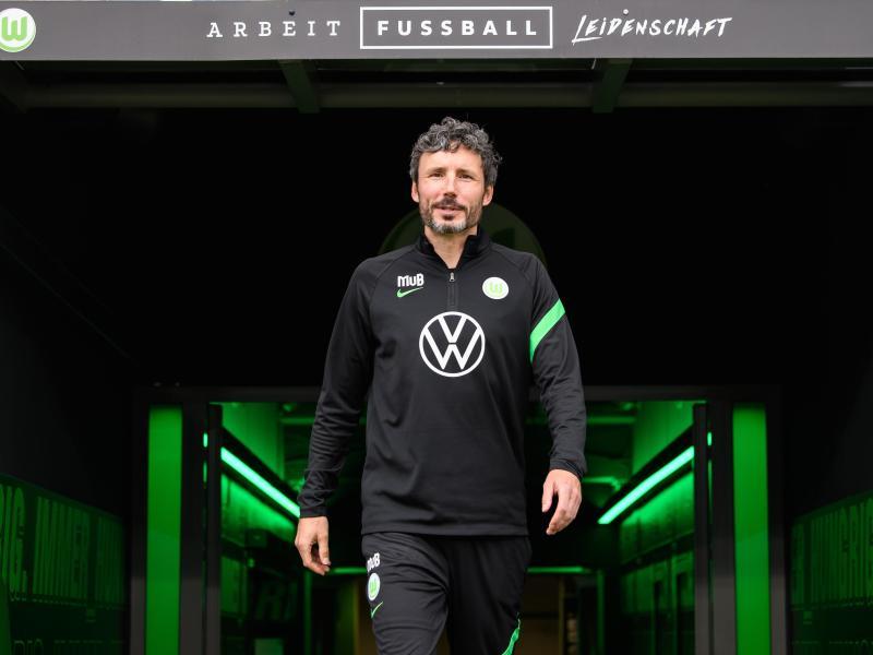 Wolfsburg-Trainer Mark van Bommel hat da was verwechselt. Foto: Swen Pförtner/dpa