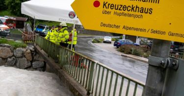 Feuerwehrleute stehen in Grainau nach einer Flutwelle in der Höllentalklamm bereit, um Opfer aus dem Fluss Hammersbach zu bergen. Foto: Peter Kneffel/dpa