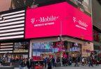 Eine Filiale des Mobilfunkproviders T-Mobile US am belebten Times Square in New York. Foto: Christoph Dernbach/dpa