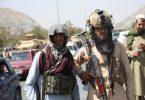 Mitglieder der Taliban gehen durch Kabul. Nach der Machtübernahme der Taliban in Afghanistan haben Deutschland und andere westliche Staaten begonnen, in großer Eile ihre Staatsbürger und gefährdete afghanische Ortskräfte auszufliegen. Foto: -/XinHua/dpa