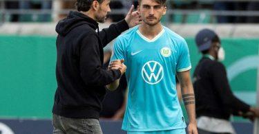 Wolfsburgs Trainer Mark van Bommel (l) leistete sich einen folgenschweren Wechselfehler. Foto: Marco Steinbrenner/Kirchner-Media/dpa