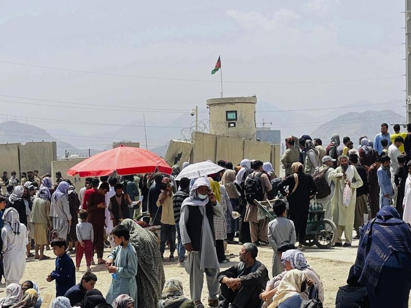 Hunderte von Menschen haben sich in Kabul vor dem internationalen Flughafen versammelt. Foto: -/AP/dpa