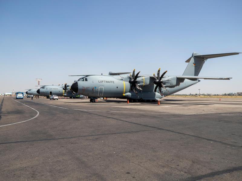 Deutsche Transportflugzeuge vom Typ Airbus A400M stehen auf dem Flughafen von Taschkent und warten auf den Abflug nach Kabul. Foto: Marc Tessensohn/Bundeswehr/dpa