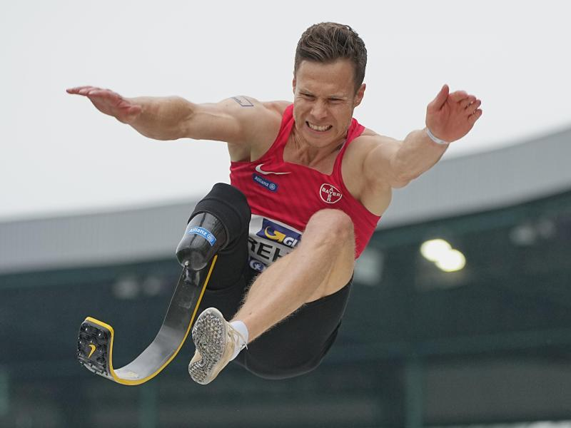 Rehm ist bei seinem Para-Weltrekord im Juni 8,62 Meter gesprungen. Foto: Michael Kappeler/dpa