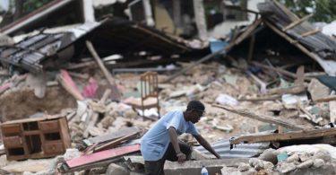 Ein Mann in den Trümmern eines eingestürzten Hause. Nach dem Erdbeben in Haiti ist die Zahl der bestätigten Todesopfer auf fast 2000 gestiegen. Foto: David de la Paz/XinHua/dpa