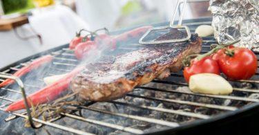 Bitte stellen Sie das Rauchen ein. Steaks grillt man lieber nur kurz in der größten Hitze und parkt sie dann am kühleren Rand. Foto: Christin Klose/dpa-tmn