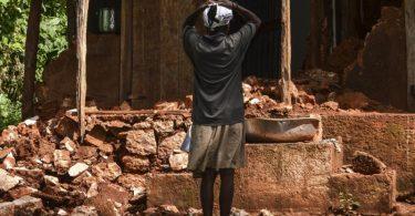 Verzweiflung!Knapp 53.000 Häuser wurden durch das Erdbeben in Haiti zerstört und gut 77.000 beschädigt. Foto: Tcharly Coutin/XinHua/dpa