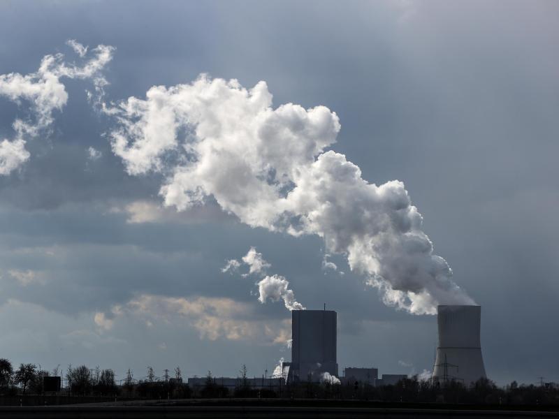 Die Sonne scheint auf das Kraftwerk Lippendorf. Foto: Jan Woitas/dpa-Zentralbild/dpa