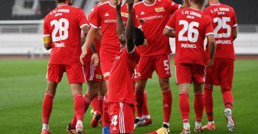 Unions Spieler feiern gemeinsam, nachdem Taiwo Awoniyi (vorne) zur 1:0-Führung getroffen hat. Foto: Matthias Koch/dpa