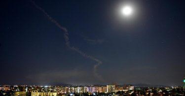 Am Himmel über Damaskus, Syrien, ist die Rauchfahne einer Rakete zu sehen. Foto: Ammar Safarjalani/XinHua/dpa