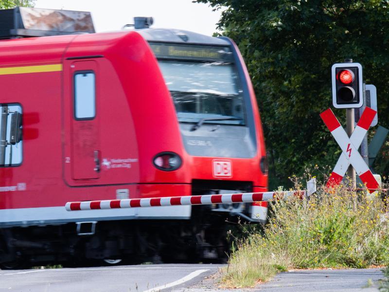 Die EVG führt mit der Bahn derzeit auch Verhandlungen über die Betriebsrenten der Bahn-Beschäftigten. Foto: Julian Stratenschulte/dpa