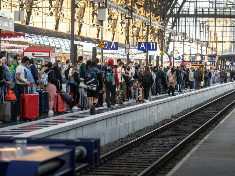 Zahlreiche Reisende warten im Frankfurter Hauptbahnhof auf einen ICE nach Berlin. Foto: Frank Rumpenhorst/dpa