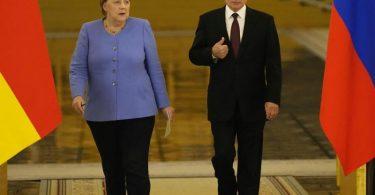 Bundeskanzlerin Angela Merkel (CDU) und Wladimir Putin, Präsident von Russland, betreten den Saal für eine gemeinsame Pressekonferenz nach ihren Gesprächen im Kreml. Foto: Alexander Zemlianichenko/AP/dpa