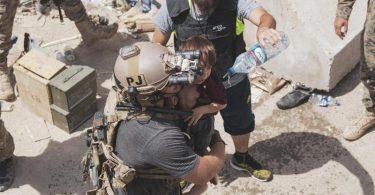 In diesem vom US Marine Corps zur Verfügung gestellten Foto trägt ein US-Luftwaffenoffizier ein Kind an einem Evakuierungskontrollpunkt während einer Evakuierung am Hamid Karzai International Airport. Foto: Staff Sgt. Victor Mancilla/U.S. Marine Corps/AP/dpa