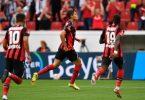 Leverkusens Patrik Schick (M) traf zum zwischenzeitlichen 2:0. Foto: Marius Becker/dpa
