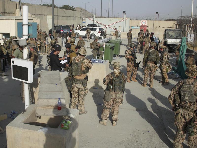 Britische und des US-amerikanische Soldaten bei der Evakuierung von Menschen aus Kabul. Foto: Uncredited/Ministry of Defence/dpa