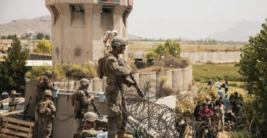 US-Marines bewachen einen Evakuierungskontrollpunkt am Hamid Karzai International Airport in Kabul. Foto: Staff Sgt. Victor Mancilla/U.S. Marine Corps/AP/dpa