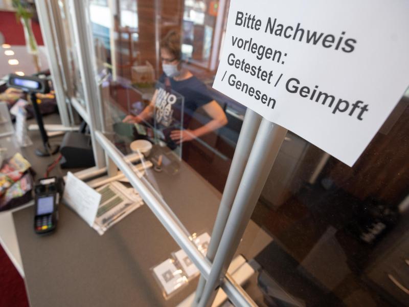 An der Kinokasse: «Bitte Nachweis vorlegen: Getestet, Geimpft, Genesen». Foto: Julian Stratenschulte/dpa