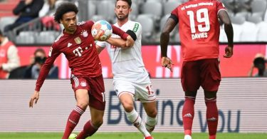 Bayerns Leroy Sane (l) in Aktion gegen Mark Uth von Köln. Foto: Sven Hoppe/dpa