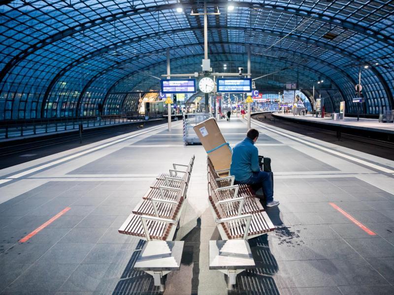 Ein weitgehend leerer Bahnsteig am Berliner Hauptbahnhof. Foto: Christoph Soeder/dpa