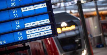 Die Anzeigetafel in München verrät's: Hier fährt heute kaum ein Zug. Foto: Matthias Balk/dpa