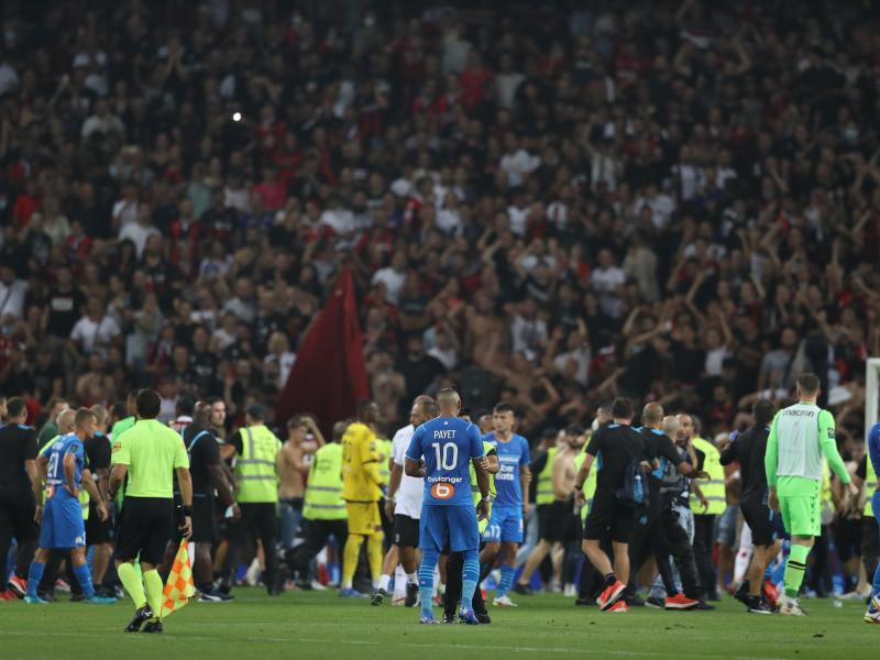 Nizza-Fans strömen gegen Olympique Marseille auf das Spielfeld. Foto: Jonathan Moscrop/CSM via ZUMA Wire/dpa