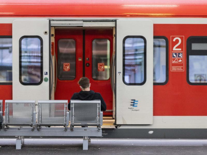 Die Bahn steht - hier im Stuttgarter Hauptbahnhof. Foto: Tom Weller/dpa