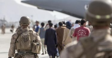 US-Marines begleiten in Kabul Familien zu einem Evakuierungsflug. Foto: Sgt. Samuel Ruiz/U.S. Marine/Planet Pix via ZUMA Press Wire/dpa