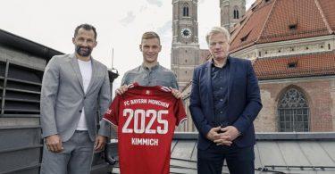 Bayern-Vorstandschef Oliver Kahn (r), und Sportvorstand Hasan Salihamidzic (l) präsentieren die Vertragsverlängerung mit Joshua Kimmich. Foto: ---/Bayern München/dpa