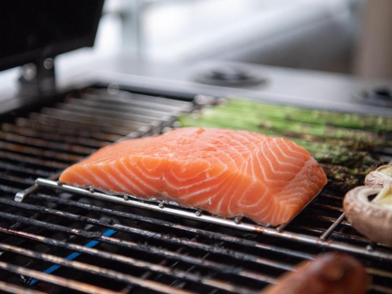 Ob mit oder ohne Haut, in der Pfanne oder auf dem Grill: Lachs ist einer der beliebtesten Speisefische in Deutschland. Foto: Andrea Warnecke/dpa-tmn