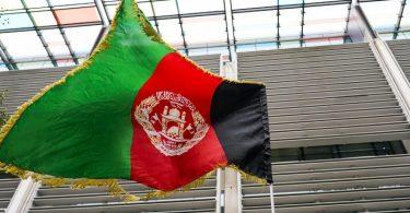Eine afghanische Flagge weht vor dem Innenministerium der britischen Regierung in London, aus Protest der Afghanistan-Dolmetscher der britischen Armee. Foto: Alberto Pezzali/AP/dpa