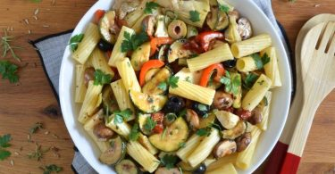 Grillgemüse, reichlich Knoblauch und geriffelte Röhrennudeln sind im Antipasti-Salat vereint. Foto: Julia Uehren/loeffelgenuss.de/dpa-tmn