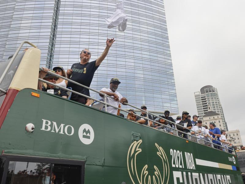 Mike Budenholzer (l) wird weiterhin Trainer der Milwaukee Bucks bleiben. Foto: Jeffrey Phelps/AP/dpa