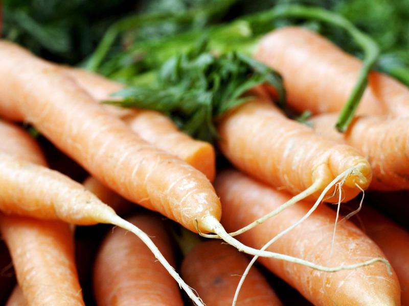 Weiche Karotten lassen sich wieder auffrischen, indem sie über Nacht in ein Wasserglas gestellt werden. Foto: Silke Heyer/dpa-tmn