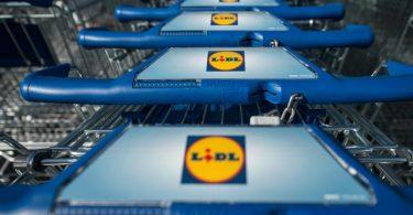 Einkaufswagen stehen vor einer Filiale des Lebensmitteldiscounters Lidl. Foto: Marijan Murat/dpa