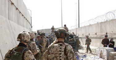Die US-Botschaft warnte, es gebe eine Gefahrenlage an den Toren des Flughafens Kabul. Foto: Stfw Schueller/Bundeswehr/dpa