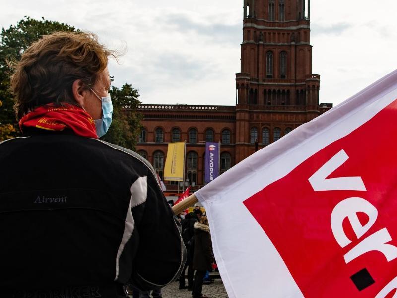 Die Gewerkschaften wollen einen Ausgleich für die Belastungen der Beschäftigten in der Pandemie herausholen. Foto: Paul Zinken/dpa