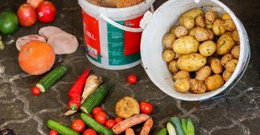 Der Handel sortiert Berechnungen zufolge jährlich rund 500.000 Tonnen Lebensmittel als Abfall aus. Foto: Jan Woitas/dpa-Zentralbild/dpa