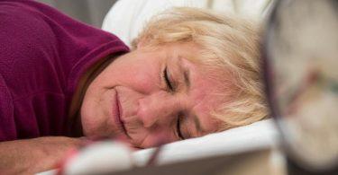 Mit fortschreitendem Alter steigt das Risiko für eine Schlafapnoe - vorbeugen lässt sich zum Beispiel durch mehr Bewegung im Alltag. Foto: Christin Klose/dpa-tmn