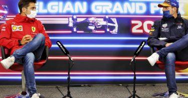 Ferrari-Pilot Charles Leclerc (l) und Max Verstappen vom Team Red Bull Racing nehmen an einer Pressekonferenz teil. Foto: Xpbimages/POOL Xpbimages.com/dpa