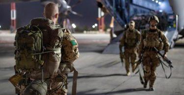 Fallschirmjäger der Bundeswehr haben Kabul verlassen und kommen in Taschkent an. Foto: Marc Tessensohn/Bundeswehr/dpa