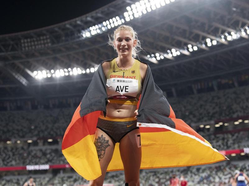 Sprinterin Lindy Ave freut sich über die Bronzemedaille. Foto: Ennio Leanza/KEYSTONE/dpa