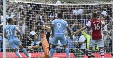 Manchester Citys Ferran Torres (l) erzielt das zweite Tor für seine Mannschaft. Foto: Rui Vieira/AP/dpa