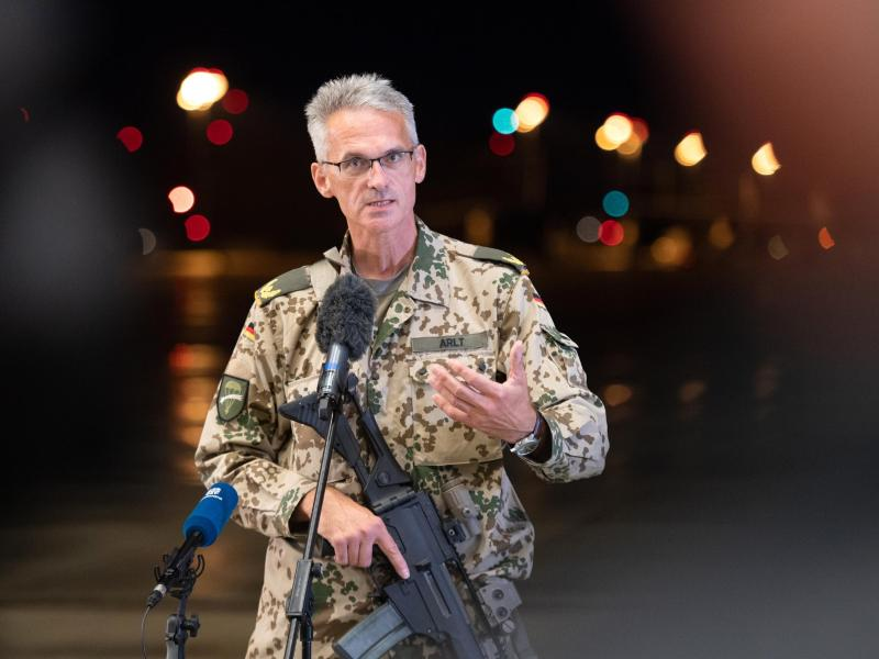 Brigadegeneral Jens Arlt, noch mit seinem Sturmgewehr bewaffnet, spricht über den Evakuierungseinsatz. Foto: Daniel Reinhardt/dpa
