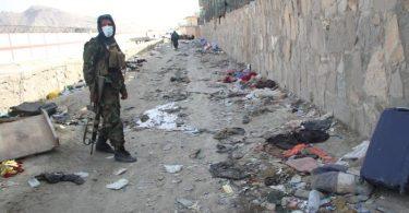 Ein Mitglied der militant-islamistischen Taliban ist am Explosionsort in der Nähe des Kabuler Flughafens. Foto: dpa