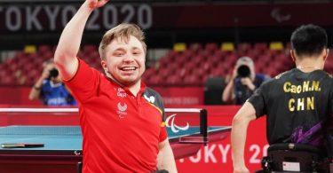 Tischtennisspieler Valentin Baus jubelt nach seinem Sieg im Finale gegen den Chinesen Ningning Cao. Foto: Marcus Brandt/dpa