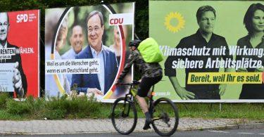 Wahlplakate mit den Spitzenkandidaten von SPD, Union und Grünen in Frankfurt am Main. Olaf Scholz, Armin Laschet und Annalena Baerbock treffen sich am Abend zum TV-Triell. Foto: Arne Dedert/dpa