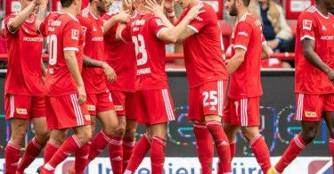 Unions Niko Gießelmann (5.v.l) jubelt nach seinem Treffer zum 1:0 mit Timo Baumgartl (3.v.r) und Teamkollegen. Foto: Andreas Gora/dpa